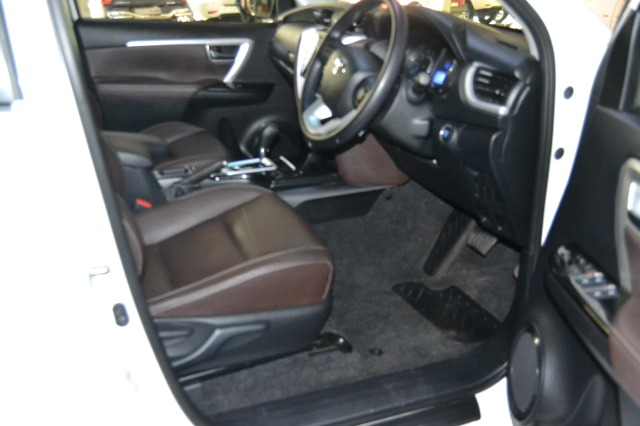 TOYOTA FORTUNER 2.4GD-6 4X4 A/T WHITE